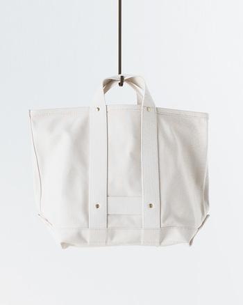 高さが32センチもある、大容量が魅力のキャンバストートバッグ。シンプルな見た目と使い勝手の良さで、様々な用途に活用することができます。