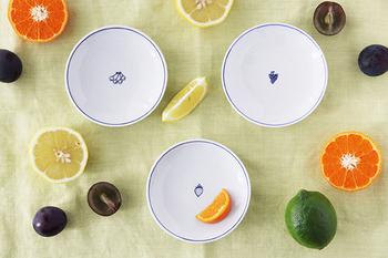 お料理の彩りをじゃましない、使い勝手のいい白いお皿。 縁取りの細いラインと中央に小さくワンポイントが描かれているので、使う前にテーブルに並べた時にも、殺風景になりません。