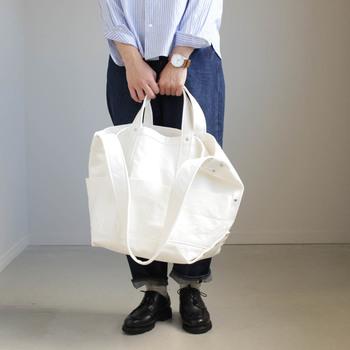 こちらはLARGEサイズ。荷物の多い日のバッグとしても小旅行のバッグとしてもOKなシンプルトートは、ユニセックスに使えるのも大きな魅力です。