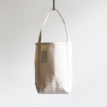 小ぶりなサイズ感が可愛いバゲットトートは、その名通りバゲットを入れることを想定して作られたバッグ。ちょっとしたお出かけや、荷物の少ない人にもぴったりのバッグです。
