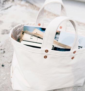 バッグの中でも定番アイテムとして人気の高い白キャンバスバッグは、1年を通して使えるとっても優秀なアイテムです。