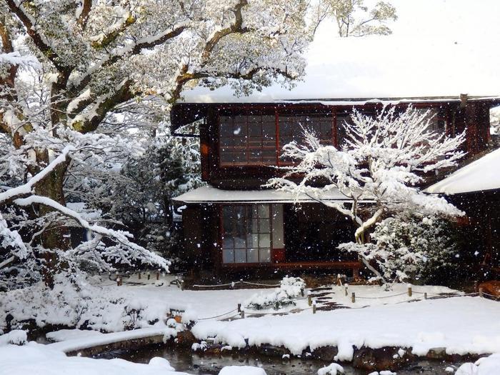 「無鄰菴」は、近代の息吹を感じさせる明るい庭の景色、穏やかな母屋の佇まい、ノスタルジックな洋館等が、全てが渾然一体となった憩いの場所です。庭園が好きなら、ぜひ訪れたい名園です。【1月中旬の「無鄰菴」母屋】