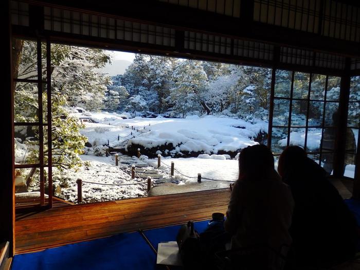 「無鄰菴」を訪れたのなら、ぜひこの母屋で抹茶を頂きながら、素晴らしい景色を味わいましょう。ここでは、菓子付きのお抹茶が頂くことが出来ます。【1月中旬の「無鄰菴」母屋】