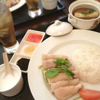 平日と休日でランチの設定が違います。 こちらは平日の「ランチAセット」海南鶏飯にミニ肉骨茶が付きます。他にも、ミニラクサ付などあり、シンガポールの味を色々試せますね。