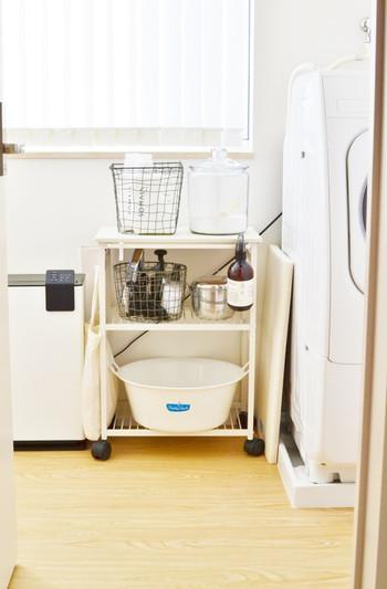 洗濯物は、ネットに入れるもの、入れないもの、ドライコースで洗うものなど、脱いだときに入れるカゴを決めておいて、家族にも協力してもらえば、洗濯を始める前の仕分けの時短に。