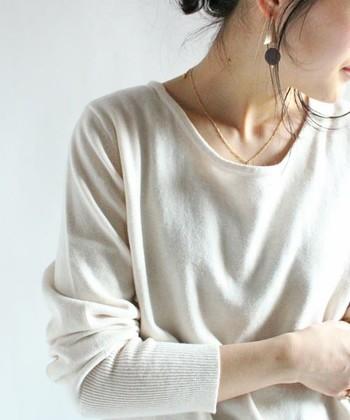 ラウンドネックは、その名の通り、丸く開いた襟元が特徴で、柔らかく優しい印象を与えます。 襟元の開きを広いほどフェミニンさが増し、小顔効果も期待できます♪