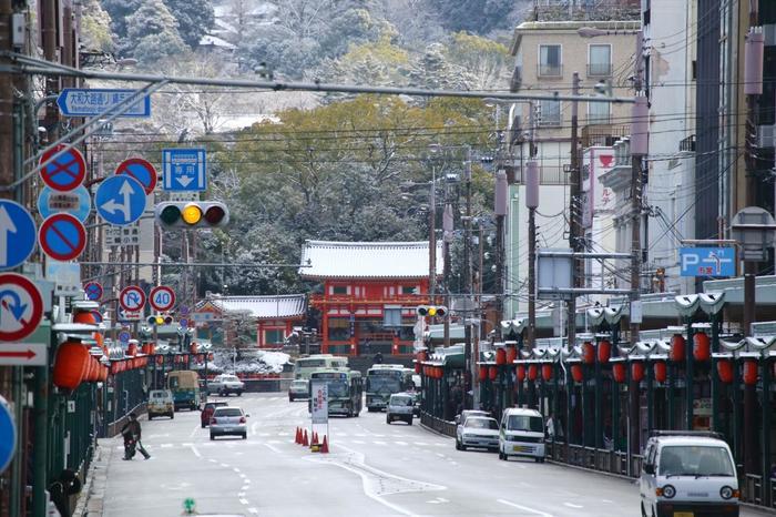 八坂神社を中心に発展した「祇園」は、京都らしい景観が広がる人気観光スポットです。多くの観光客が訪れ、一年を通して賑わいますが、何度でも訪れたくなる魅力あるエリアです。 【祇園界隈のランドマーク「八坂神社」の西楼門と四条通。画像右側が、祇園南側。左が、祇園北側。以下で紹介する店は北側(画像左)に位置しています。】