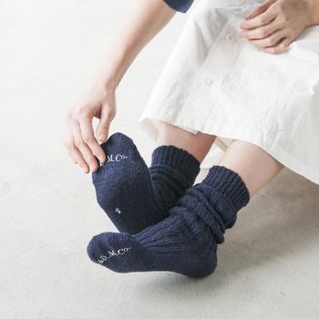 程よいゆったりさのある「ルーズソックス」は、あたたかさはもちろん、ほっこりとしたコーデが好きな方におすすめの靴下。ナチュラルな風合いを足元にプラスしてみて。