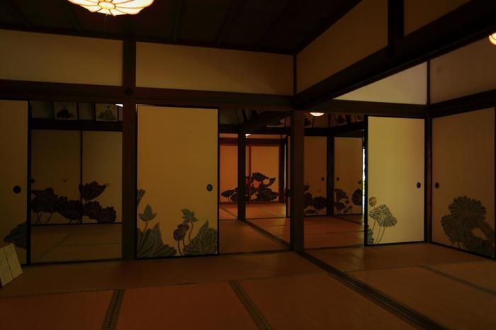 見所多い「青蓮院」ですが、この寺院の魅力は、何と言っても、門跡ならではの風雅でしっとりとした趣き、上品で優しい雰囲気です。大人が静かに一時を楽しむのにお勧めの寺院ですので、ぜひ端折らずにゆったり観賞して下さい。