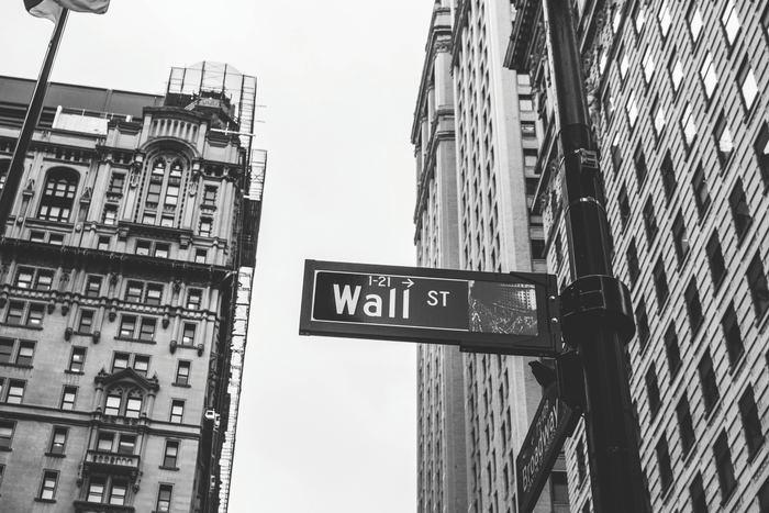 リスクが高くても魅力があるのが、会社に投資する株式投資です。 新興企業など、会社の成長を見届けながら投資できるというメリットがあります。 日本企業に多い、配当金以外の特典、株主優待も魅力のひとつ。  長期保有して、配当金狙いで投資をするという方法もあれば、デイトレのように株価のアップダウンを狙って投資する短期保有の方法もあります。株式売買で大きな利益を得ることも可能ですが、常に会社の倒産リスク、株式暴落のリスクにさらされているのには注意したいところです。