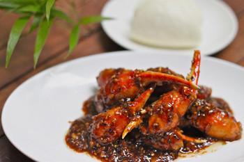 ランチは、海南チキンライスとカレーメニューの2種類があります。 ディナーや土日のランチでは、「蟹のブラックペッパーソース炒め」などのシンガポール料理も楽しめますよ。
