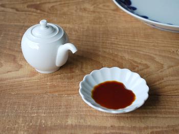 中華料理店では、お酢入れとして使われることも多いコロンと丸い形の醤油差し。 下を向いた注ぎ口は、少しずつ注ぐことができるので、中身が飛び出してテーブルを汚してしまうということがありません。