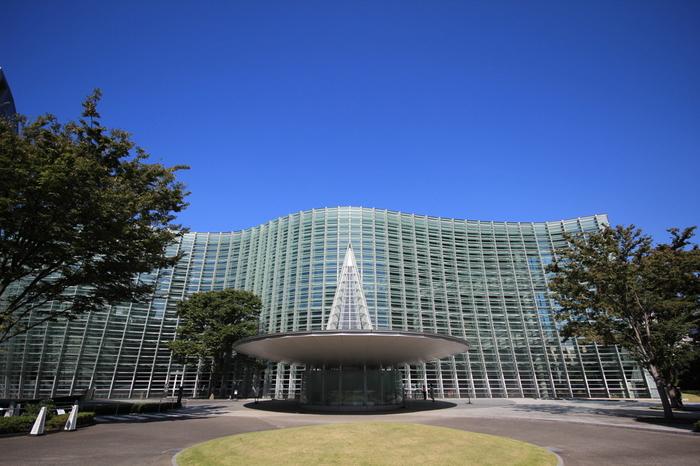 2007年、六本木に開館した国立新美術館。建築家、黒川紀章氏が手掛けた最後の美術館としても知られています。中でも特徴的なのが、誰もが見上げてしまうほどの「ガラスカーテンウォール」。