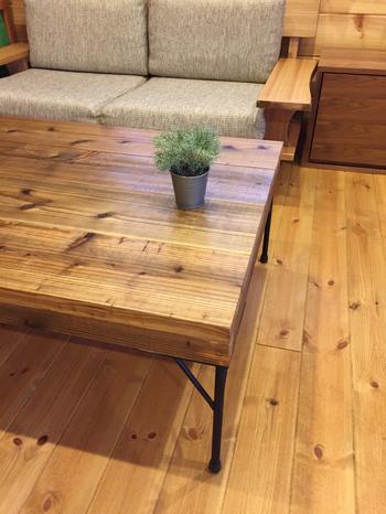 木の材質や色味もバリエーション豊富です。人気の無垢も素敵ですね。フローリングや他の家具で使用されている木材と同じ材質のこたつなら、こたつ布団を使用しても統一感を作りやすくなります。