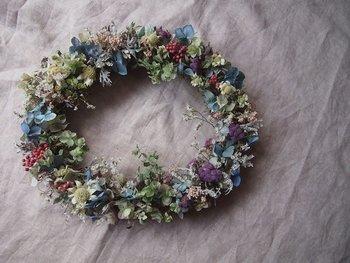 ほんとうに可憐♪あじさいやフランネルフラワー、ピンクペッパーベリーなど、ひかえめで可愛らしい草花を紡いだナチュラルリース。お花は、すべて自然乾燥させた、無着色の上質なドライフラワーです。
