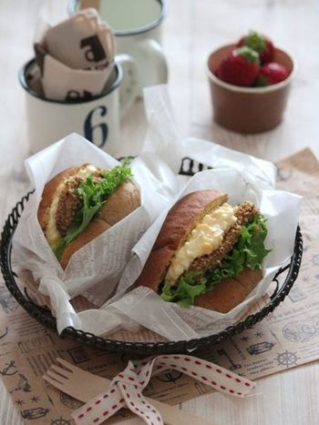 いりごまをまぶしたチキンと、チーズ入りの卵サラダを挟んだサンドイッチ。こちらも満足感のあるご馳走サンドです。香ばしいごまの香りがアクセントになるので、衣にはたっぷりまぶすのがおすすめだそうですよ♪