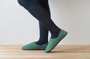 「MIDデザイン」と「free design」の共同開発により生まれた「tofflor(トフロール)」低反発スリッパ。こちらはかかとまで包み込んでくれる「tofflor-hoof(トフロール ホフ)」。足にフィットして脱げにくいので階段の上り下りやお掃除をする時などに便利。逆に、脱ぎ履きの頻度が高い時などは、かかと部分を潰して履くこともできるので、好みによって使い分けできるのも嬉しいポイント。