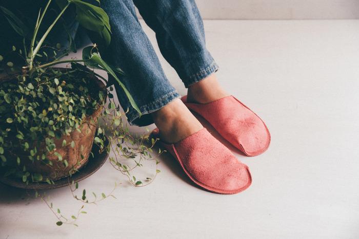 デニムに素足で履いているだけで絵になります。一枚革を使用し、縫製は一ヶ所だけというこだわりが詰まったスリッパは、使用している間に革がどんどん足に馴染んでいきます。まるで素足でいるような軽やかな履き心地を、是非体感してみてください。