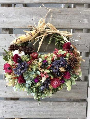 秋の野花をいっぱい摘んで、花かごに入れて。そんなイメージの可愛らしいリース。すべてナチュラルドライフラワー。時間とともに退色していきますが、その変化を楽しむのもナチュラルライフの魅力♪とうもろこしもいい感じです。