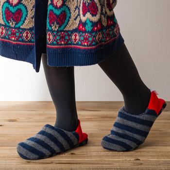 ふわっと柔らかで肌に馴染む「中橋莫大小(なかはしメリヤス)」のメリヤス素材でできたmerippa(メリッパ)。リブニットを使用したかかと部分を立てれば靴下風で脱げにくく、踏むと脱ぎ履ぎしやすいスリッパ風に。スリッパでも靴下でもないその新しい感触は、一度履いたらクセになりそう!