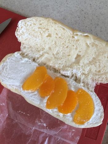 白とオレンジのコントラストが美しい「フルーツサンド」。ふわふわモチモチのコッペパンは甘い具材と合わせても◎ 人気店なので行列は覚悟ですが、渋谷から電車で一本ですので時間のある時に立ち寄ってみたくなるお店です。