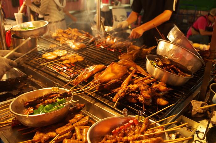 台湾の楽しみといえば夜市もその1つ。活気に溢れた通りにはいくつもの飲食店が立ち並び気軽に台湾フードを楽しむことができます。台北では士林夜市が特に有名ですね。