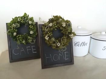 カフェ風のウェルカムボードでおもてなし。小さな黒板に、ミニリースを付けて。さりげなくてナチュラルで、とても可愛いアイデアですね♪