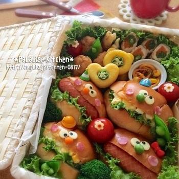 ロールパンでもこんな楽しいサンドイッチにデコできるんですね。ランチボックスのすみずみまで、本当に賑やかでわくわくするお弁当です。