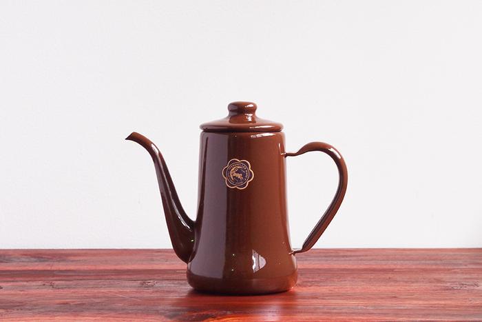 プロも愛用することでも知られる「野田琺瑯」の月兎印のスリムポット。一つ一つ職人さんによって作られていて、昔ながらのレトロな佇まいも素敵ですね。表面がガラス質になっているので、水の味わいが変わらないんだそう。コーヒーを淹れる時間をもっと楽しみにさせてくれるポットです。