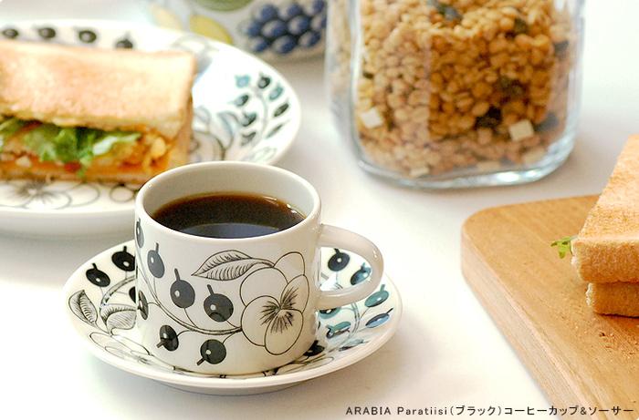 「アラビア」のブラックパラティッシのコーヒーカップは、シックで上品なカフェタイムを演出してくれます。ソーサーはデザート皿としても使えるのも嬉しいポイント◎コーヒーを飲む時間が、より贅沢なひとときになりそうですね♪