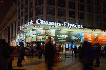 写真はパリのシャンゼリゼ通りにある映画館。  映画やドラマでナチュラルなフランス語会話を学ぶのもおすすめです。細かい部分はわからなくても大丈夫。何度も観ているうちに、フレーズが自然と耳に入ってきます。
