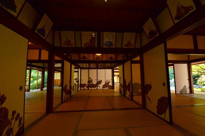 そして、「青蓮院」の中で特に見逃せないは「華頂殿」。襖絵と座敷からの眺めが素晴らしく、出色のスポットです。襖絵を描いたのは、壁画を数多く手掛け、人気を博している異色のアーティスト木村英輝氏。襖60面を使って、蓮の葉と花が描かれています。