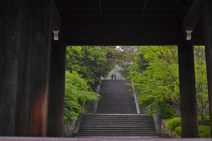 三門は、高さ24m、横幅50mにも及び、用いられている屋根瓦は、7万枚と云われる巨大門です。とりわけ美しいのは、春の桜の時期と、雪降る頃。圧倒的なスケールとともに、情緒豊かな景観が眺められます。一般公開されていませんが、特別公開期間中には、仏堂となっている楼上内部が拝観できます。【知恩院・三門と男坂。】