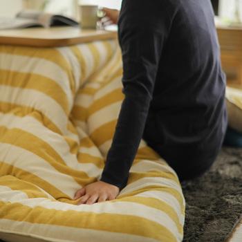 こたつ布団の選び方はデザインもさることながら、サイズやボリューム感も大切なポイントです。狭いスペースに大きな布団だと圧迫感が出て窮屈な印象に、広いスペースに薄手の布団だと寂しい印象に。オフシーズンの収納場所も考慮しましょう。