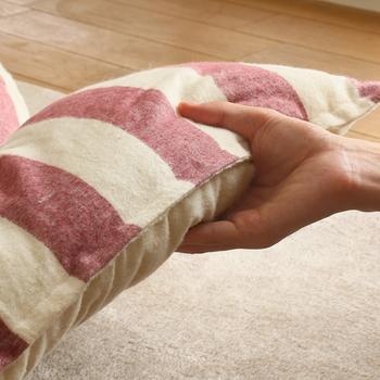 こたつ布団には昔ながらのたっぷりと真綿が入った厚手の布団と、薄手の毛布のような布団があります。厚手のこたつ布団ならうっかり寝てしまっても冷えを防ぎ快適。ボリューム感があり上質な印象を与えてくれます。