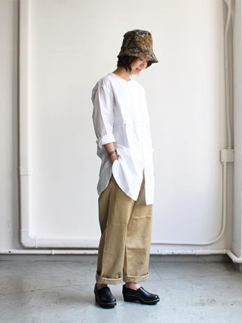 白のシャツにベージュのワイドパンツを合わせています。着こなしがシンプルになり過ぎないよう、柄のあるハットを頭に持ってくることでアクセントをプラス。