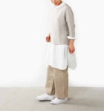 白のロングシャツに、ベージュのワイドパンツとニットを合わせた着こなしです。レイヤードをする時は、袖をまくって手首を見せることで着痩せ効果も期待できます。