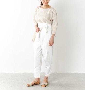 白のハイウエストパンツに、ベージュのトップスを合わせた着こなしです。寒くなってきたら、さらに上からベージュのライトアウターを羽織るのも素敵ですね。
