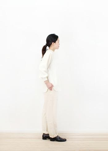 全体的に薄目な色を使った、白トップスとベージュパンツのコーデ。白もベージュもアイボリー調の色に寄せることで、ワントーンコーデのようにすっきりと着こなすことができます。