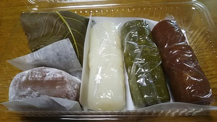 お勧めは、名物の『志んこ』。関西ではお馴染みの餅菓子ですが、ご存知ない方はぜひ味わってみましょう。  『志んこ』は、米粉を湯で練ってから蒸し、さらに練り上げて作る、素朴な味わいの生和菓子。「祇園饅頭」の『志んこ』は、白・抹茶・ニッキの三種類。もっちりとして、歯切れ良く、堪らない美味しさと人気です。 【画像の右側が『志んこ』。右から、ニッキ・抹茶・白。左下の『にっき餅』も人気。】