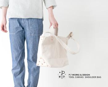 『P.T WORKS&DESIGN(ピーティーワークスアンドデザイン)』は、富山でバッグを主に作っているブランドです。渋柿で染め上げた生地を使い、仕上げから制作まで全てを作家自身が手掛けています。
