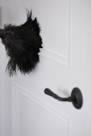 お部屋のドアの飾りは実は案外目につきやすい場所です。羽ぼうきでさっとひと撫でしておけば、簡単に埃を落とすことができます。