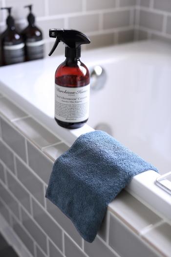 バスルームクリーナーとマイクロファイバークロスを使えば、気が重いお掃除もすいすい進めることができます。