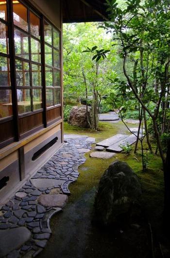 【工房と庭。石と古瓦が用いられた犬走りや飛び石の意匠も見事。】
