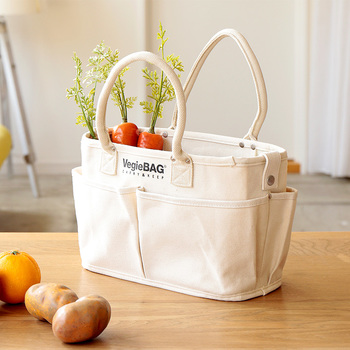 食料品をまとめて買う時は、たっぷりサイズのショッピングバッグがオススメ。洗濯ができる布製なら、多少の汚れも気にせず物を詰められます。容量が大きいバッグは、その分ビニール袋の削減につながりますよ。