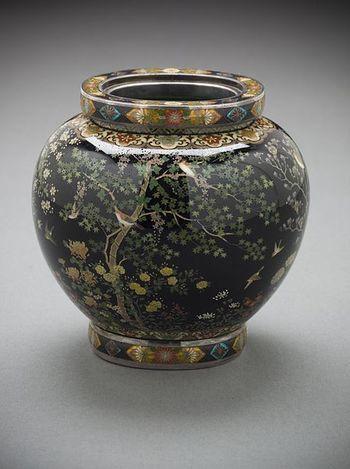 記念館では、並河家所蔵の靖之の作品約130点を所蔵し、貴重なコレクションとともに、靖之が暮らし、創作した場を見学することが出来ます。 【並河靖之の『香炉』(ロサンジェルス・カウンティ美術館蔵)】