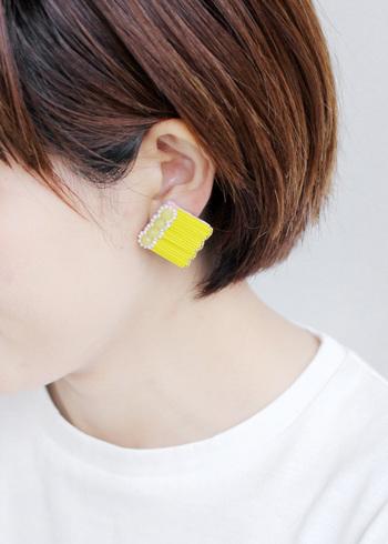 『tamas(タマス)』はデザイナーの下森 明香さんが、一点一点ハンドメイドで作っているアクセサリーブランドです。こちらの「Haloイヤリング」は、鮮やかな黄色が印象的なシンプルファッションのアクセントとして使いたいアイテム。