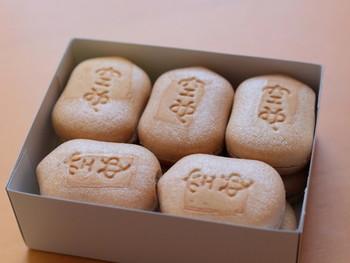 北海道産⼩⾖と⽩双糖で炊いた粒あんを、茅場町の⽼舗・種萬が⼿掛ける最中の⽪で包みます。賞味期限は1週間。購⼊当日は、パリッとした⽪の⾷感を楽しみ、次第に餡が馴染んでくると、今度はしっとりとした味わいが⼝に広がりますよ。