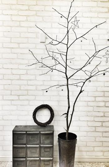 もみの木がなくても小枝があれば十分お洒落なツリーが作れます。