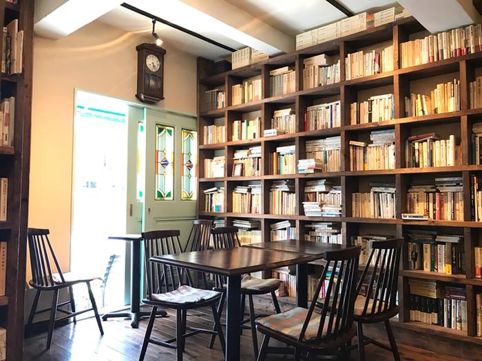 店内の本棚には本がぎっしり!歴史から文化、思想、ポップカルチャー、雑誌、絵本まで、ジャンルを問わず楽しめる本、約6000冊に囲まれて好きな飲み物を飲みながらくつろげるのは最高ですね。アルコールも用意されているので、夜のひと時も過ごせます。